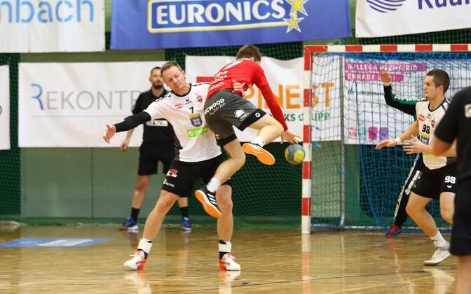 Mullu veel Saksamaa Bundesligas mänginud ja suvel Dobele Tenaxisse siirdunud Aivis Jurdžs on kinni püüdnud Serviti tänase resultatiivseima Alfred Timmo.