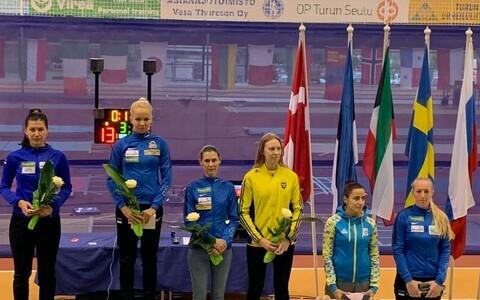 Erika Kirpu, Julia Beljajeva ja Irina Embrich Turus pjedestaalil