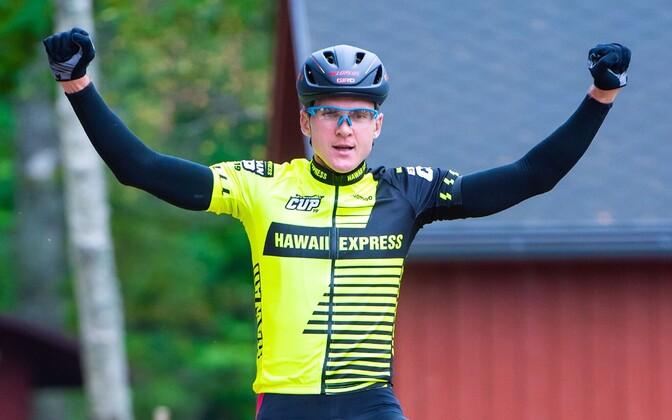 Karujärve maratoni ja kogu sarja võitnud Gert Jõeäär finishis