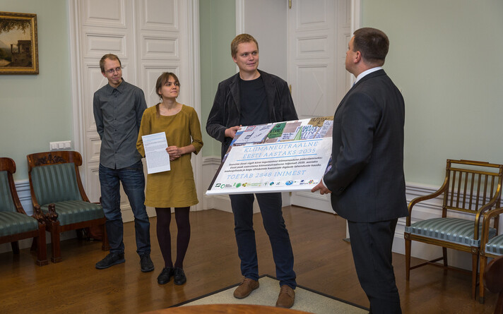 Rahvaalgatuse üleandmine peaminister Jüri Ratasele.