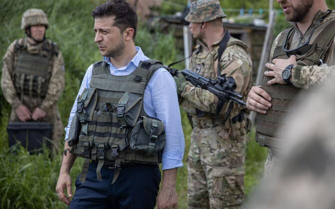 Ukraina president Zelenski separatistlikke regioone ja valitsusvägesid eraldaval rindejoonel.