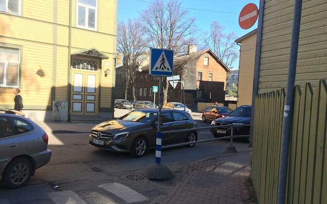 Ummik Kalamajas Tööstuse, Vana-Kalamaja ja Niine tänava ristumiskohas.