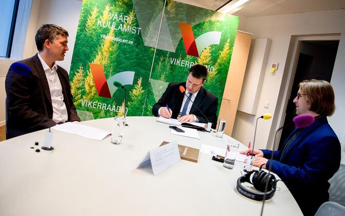 Jüri Ratas (center) with Mirko Ojakivi (left) and Arp Müller on Vikerraadio's