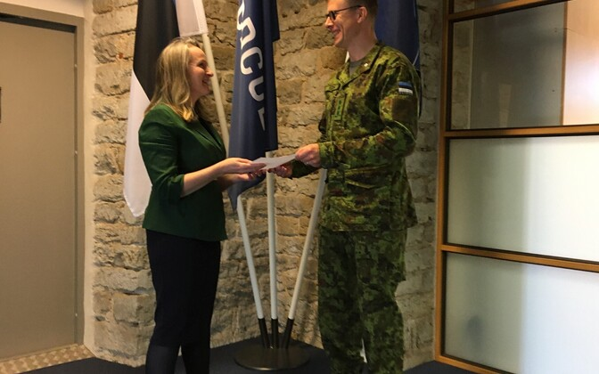 Ireland's Ambassador to Estonia Frances Kiernan and Colonel Jaak Tarien.