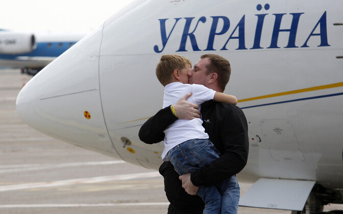 Venemaalt pääsenud ukrainlane Kiievi lennujaamas pojaga, 7. september 2019.