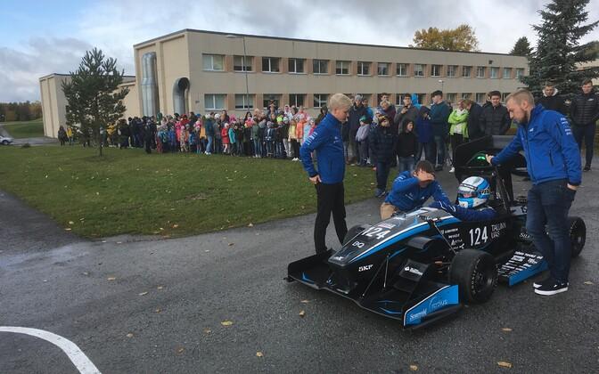 Eesti tudengite elektrivormel Iisaku gümnaasiumis.