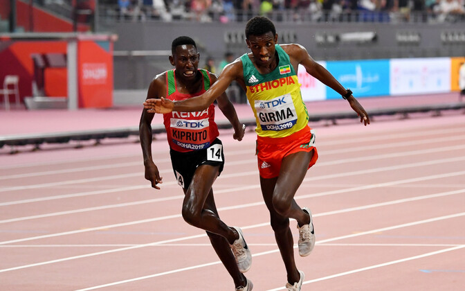 Conseslus Kipruto (Keenia) ja Lamecha Girma (Etioopia) finišijoonel