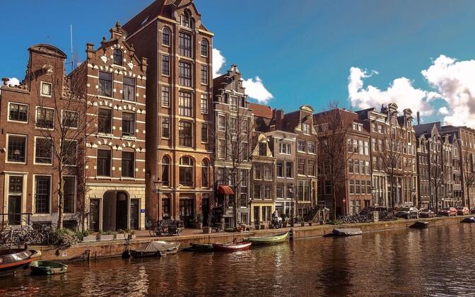 Голландия – область на западе Нидерландов, которая включает в себя провинции Северная и Южная Голландия. Именно в области Голландия находятся три самых крупных города страны: Амстердам, Роттердам и Гаага.