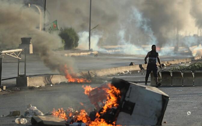 Laupäeval süütasid Bagdadis meeleavaldajad lõkkeid ja sulgesid tänavaid.