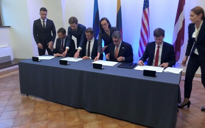 Baltic Ministers and  US Secretary of Energy Rick Perry signing the agreement.