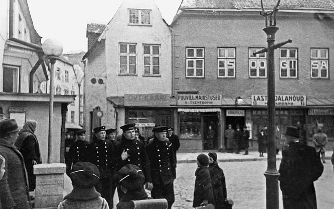 Nõukogude meremehed jalutavad Eesti pealinnas. 14. oktoober 1939.