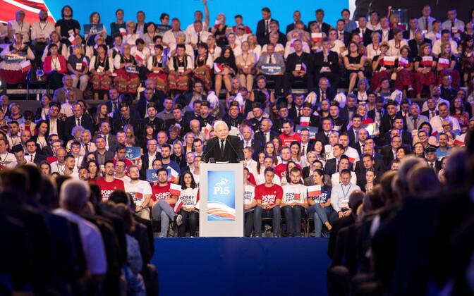 Poola võimupartei juht Jaroslaw Kaczynski kõnet pidamas.