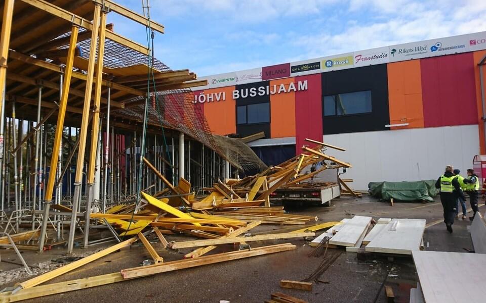 В Йыхви обрушилась часть крыши строящегося автовокзала.