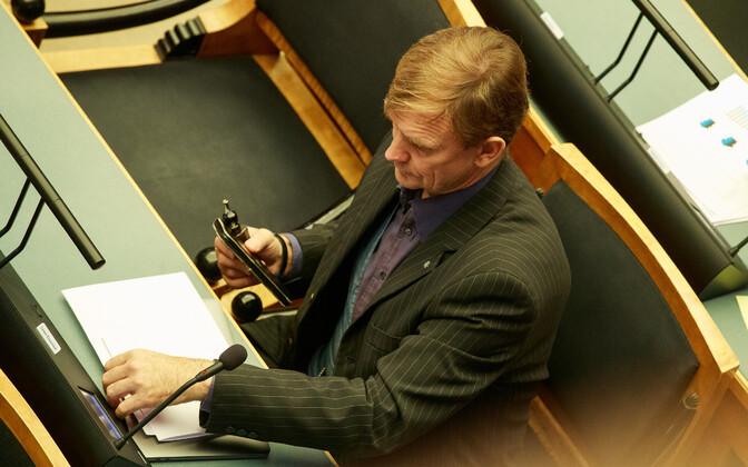 Tarmo Kruusimäe holding an e-cigarette in the Riigikogu.