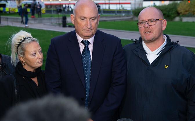 Harry Dunni vanemad Charlotte Charles ja Tim Dunn koos oma esindaja Radd Seigeriga (keskel).