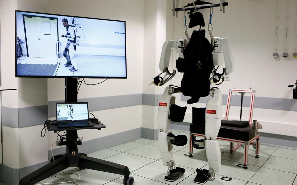 Mõttejõul töötav eksoskelett aitas halvatud mehe Prantsuse teadlaste käe all kõndima.