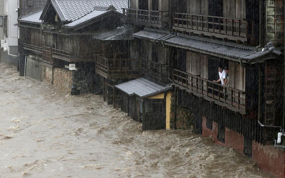 Тайфун вызывает наводнения.