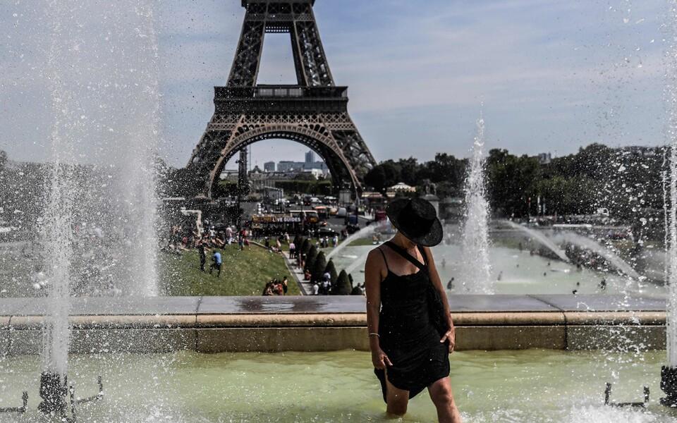 Suvel Lääne-Euroopat tabanud kuumalaine sundis otsima mitmeid inimesi leevendust avalikest purskkaevudest.