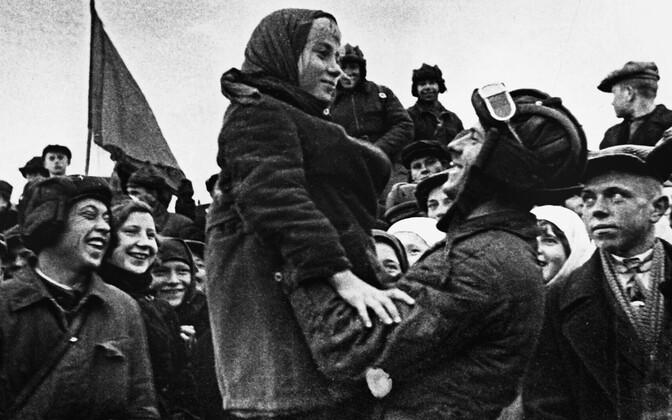 Nõukogude sõjaväelased piiriäärses külas kesk vaimustunud rahvahulka. Vägede saatmine Eestisse tekitas Nõukogude ääremaa külades suurt elevust.