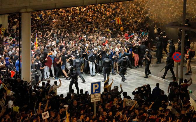 Противостояние полиции и демонстрантов в аэропорту Барселоны.
