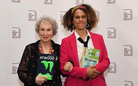 2019. aasta Bookeri kirjandusauhinna laureaadid: Kanada kirjanik Margaret Atwood (vasakul) ja Briti kirjanik Bernardine Evaristo.