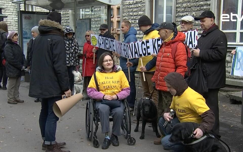 Незрячие люди собрались на двух автобусных остановках в центре Таллинна, чтобы напомнить столичным властям о проблемах, с которыми слепые и слабовидящие сталкиваются, используя общественный транспорт.