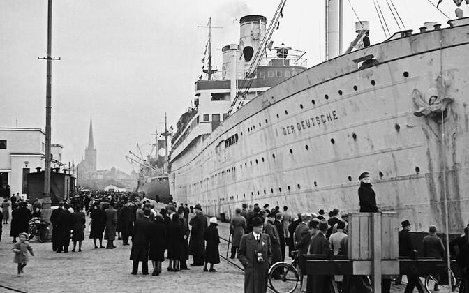 Laev Der Deutsche käis mitmeid kordi Tallinna sadamas, et ära viia Eestist lahkuvaid baltisakslasi, kelle hulgas oli palju haigeid ja rauku. Rahvaleht nentis, et ühe laevatäie vanuritega lahkus Eestist korraga 60 000 eluaastat.