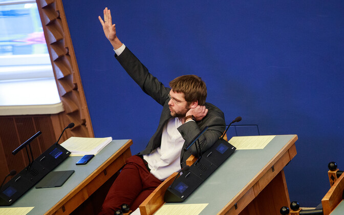 Former health minister Jevgeni Ossinovski (arm raised) in the Riigikogu.