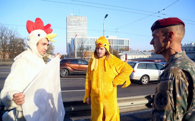 Двое мужчин протестовали в Риге против украинской продукции.