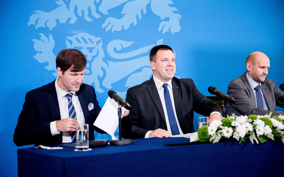 Зампредседателя EKRE Мартин Хельме, председатель Центристской партии Юри Ратас и председатель Isamaa Хелир-Валдор Сеэдер.