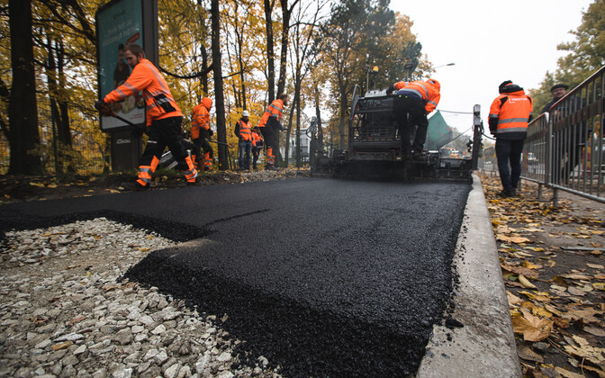 Construction workers laying plastic asphalt on Narva mnt.