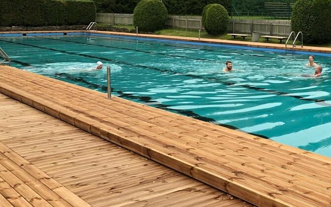 Бассейн доступен и для зимнего плавания.