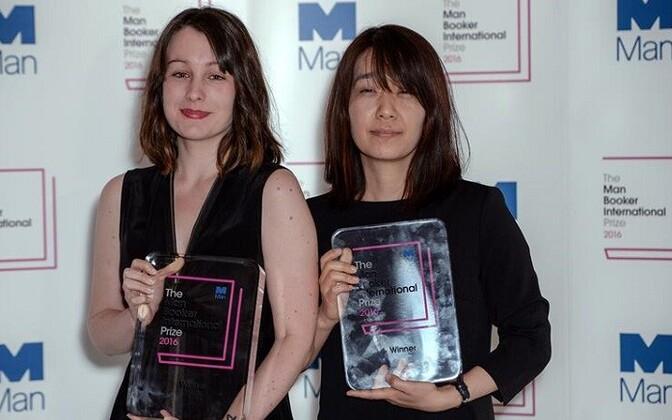 """Han Kang (paremal) on ilmselt rahvusvaheliselt kõige tuntum korea kirjanik. 2016. aastal pälvis ta romaaniga """"Taimetoitlane"""" Bookeri auhinna. Han Kangi teosed on inglise keelde tõlkinud Deborah Smith (vasakul)."""