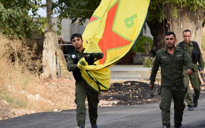 Süüria kurdi võitlejad YPG lipuga.
