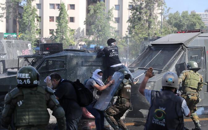 Tšiili politsei kokkupõrge vägivaldsete meeleavaldajatega Santiagos.