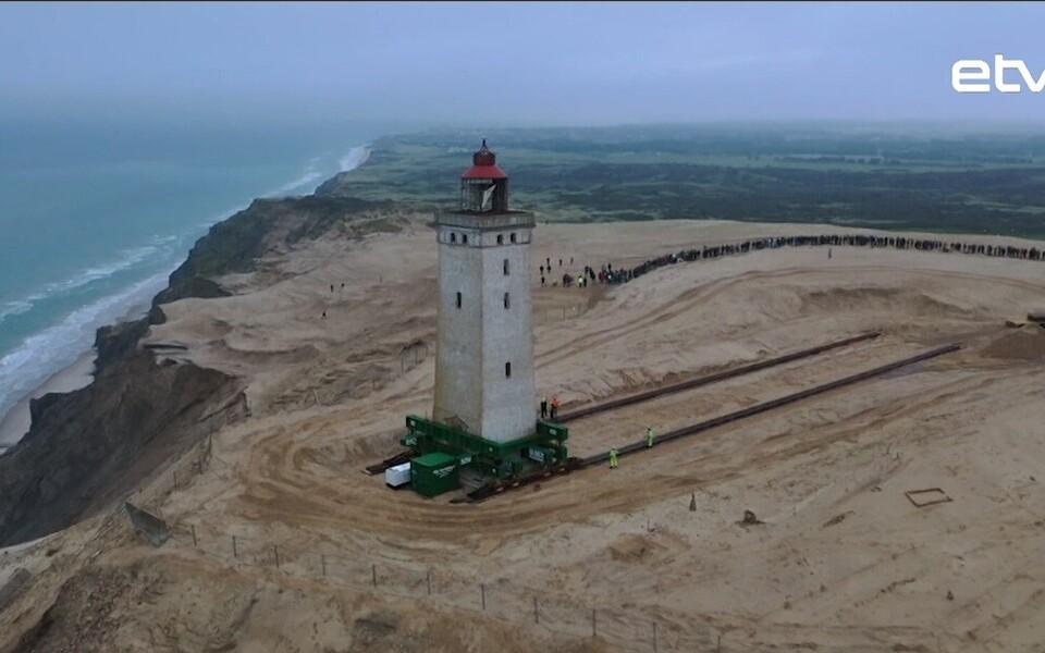 В Дании по рельсам в глубь от береговой линии перевезли 120-летний маяк.