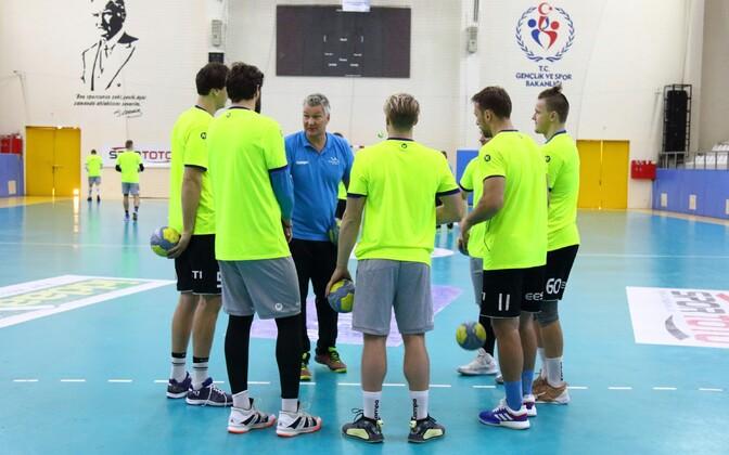 Peatreener Thomas Sivertsson viimas läbi Eesti koondise esimest treeningut Türgi pinnal.