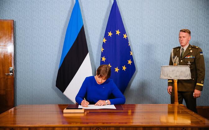 Президент Керсти Кальюлайд подписывает отставку Керт Кинго.