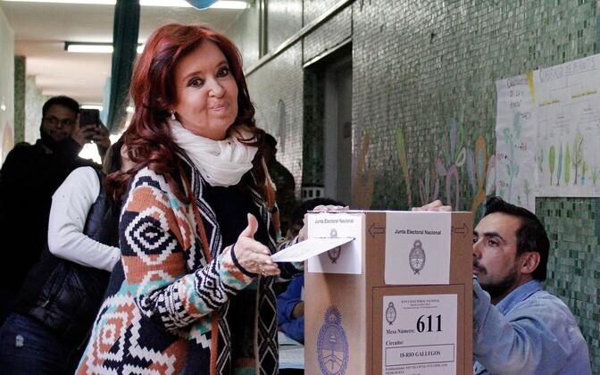 Cristina Kirchner valimiskasti juures.