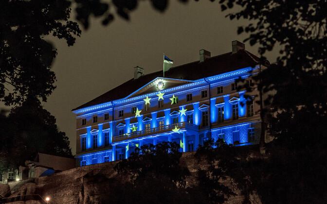 Euroopa Liidu lipu värvidega valgustatud Stenbocki maja
