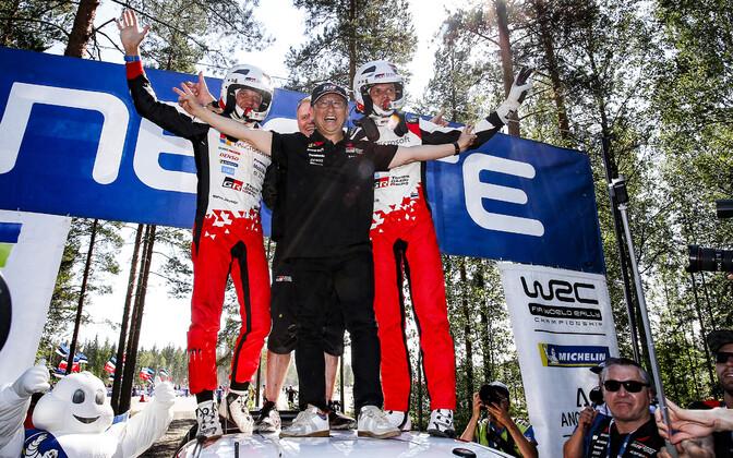 Ott Tänak ja Martin Järveoja eelmise aasta Soome ralli võidu järel koos Akio Toyodaga.