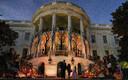 USA president Donald Trump ja esimene leedi Melania Trump jagasid Washingtonis Valges Majas Halloweeni tähistamisel lastele komme.