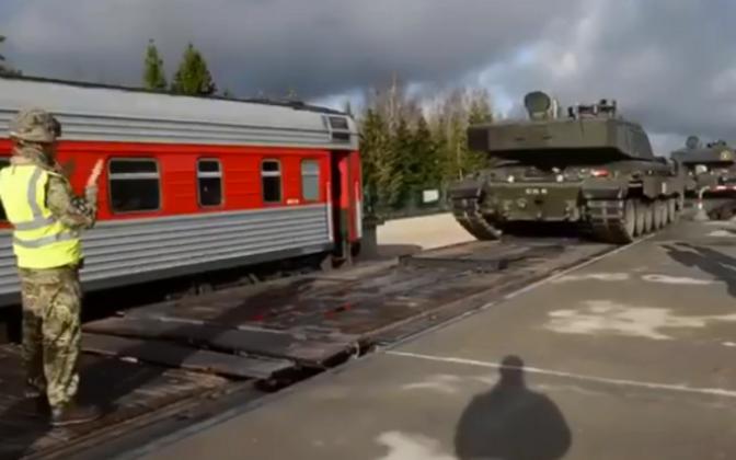 Challenger 2 tanks arriving at Tapa.