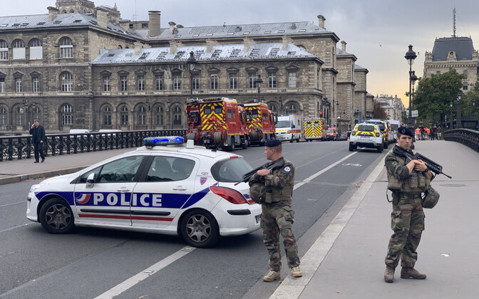 Pariisi politseinikud 3. oktoobri noarünnaku järel.