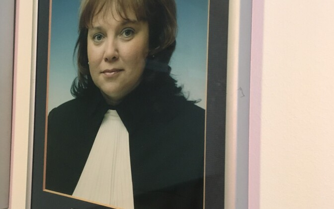 Kohtunik Eveli Vavrenjuki foto Tartu maakohtu seinal