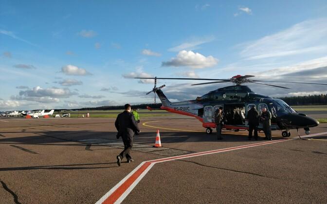 Юри Ратас спешит на вертолет.