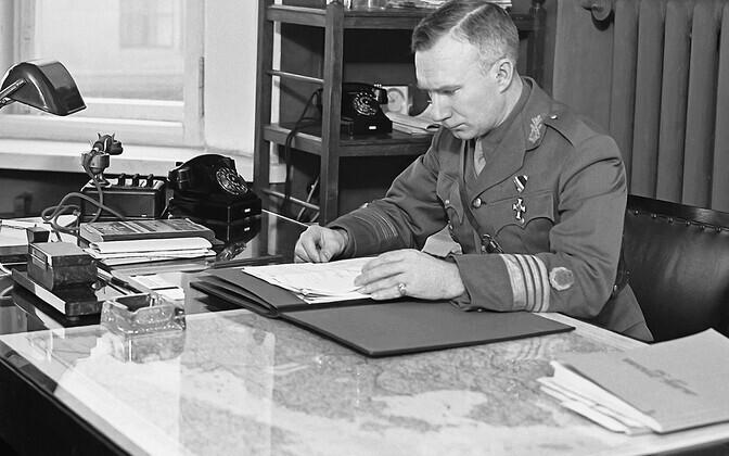 Sõjavägede Staabi ülema esimene abi, endine sõjaväeluure ülem kolonel Richard Maasing oma kabinetis 1939. aasta märtsis. Lahkus 1939. aasta oktoobris kogu perega salaja Saksamaale.