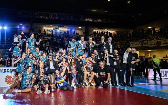 Robert Täht ja Perugia meeskond tähistamas võitu