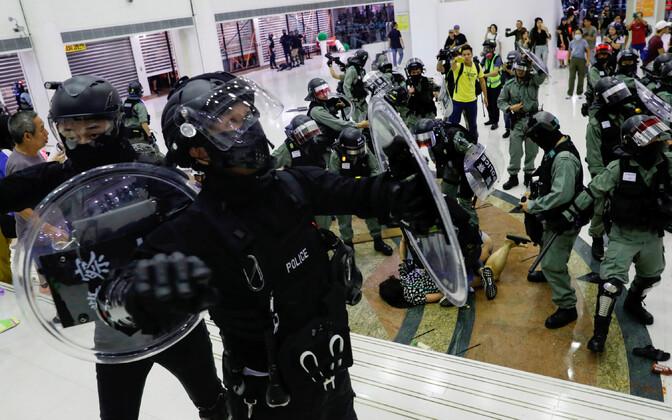 Märulipolitseinikud ja meeleavaldajad pühapäeval Hongkongi ostukeskuses Tai Po.