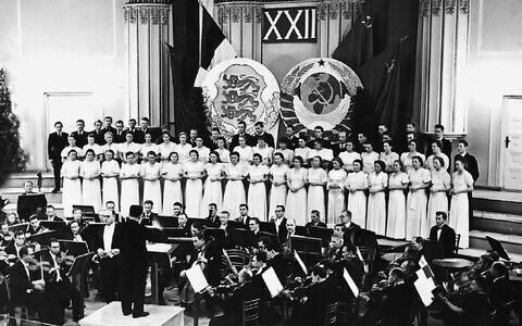 Oktoobrirevolutsiooni 22. aastapäeva tähistamine Estonia kontserdisaalis. Mängib Tallinna Töölisühingu sümfooniaorkester Nikolai Goldschmidti juhatusel. Lava on kaunistatud Eesti Vabariigi ja NSV Liidu vappide ning lippudega. 7. november 1939.